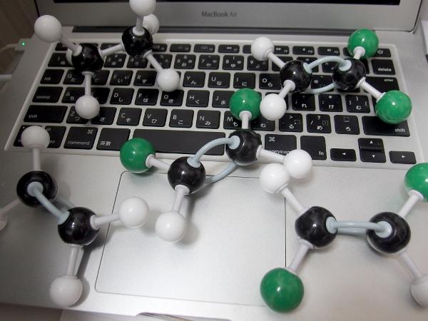 エタン、エチレン、ジクロロエチレンなどの分子模型