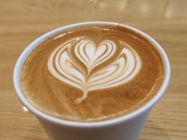 紙コップに入ったカフェラテ