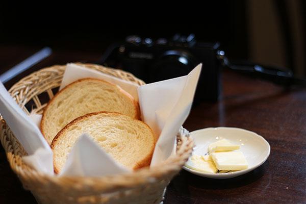 かご入りのバゲットとバター